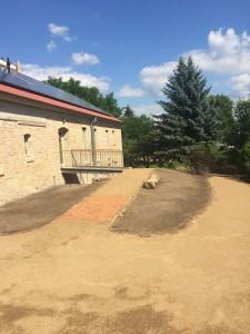Inzwischen ist der Hof gepflastert und gut begehbar gemacht, nur die Pflanzen müssen noch kommen